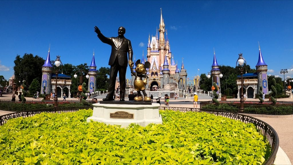 disney-world-vacation-statue